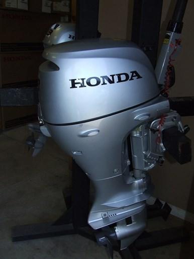 2015 Honda BF8DK3SHC Photo 2 of 2
